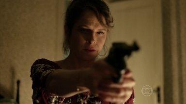 Carolina pega arma e deixa mãe em pânico - Hilda se incomoda ao ver a filha limpando a arma do pai