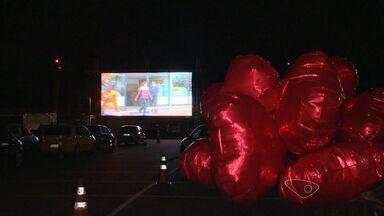 Casais assistem a filme romântico dentro de carros, no ES - Atividade foi realizada para comemorar o dia dos namorados.