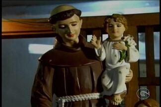 Conheça casais que contaram com uma ajudinha de Santo Antônio para ficar bem juntinhos - Ontem foi Dia dos Namorados e muita gente que ainda não encontrou um amor acabou apelando para o santo casamenteiro