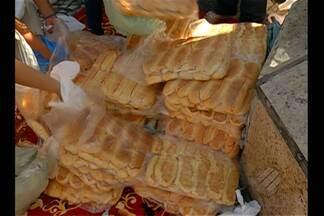 Devotos distribuem pão pelo dia de Santo Antônio, em Belém - Data que homenageia o santo é comemorada neste dia 13 de junho.