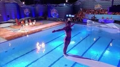 Priscila Fantin ensaiou o salto 'parada de mão' - Atriz salta de costas no trampolim de três metros, mas entra de lado na água
