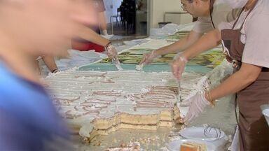 Sonhando com o casamento, fiéis comem bolo à procura de aliança abençoada - Desde as primeiras horas da manhã, milhares de fiéis esperam pela chance de conseguir aquela ajudinha do santo casamenteiro