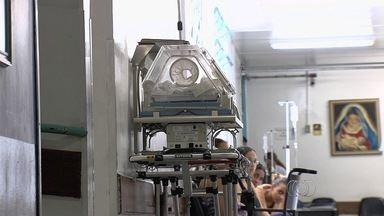 Famílias enfrentam dificuldade para conseguir equipamentos de UTI doméstica em Goiânia - Um menino de 2 anos está internado no HMI desde que nasceu, esperando assistência. Ele já poderia estar em casa, mas, sem os aparelhos, ele não pode deixar a unidade.