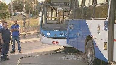Acidente deixa dois motoristas de ônibus feridos neste sábado em Campinas, SP - O acidente aconteceu na tarde deste sábado (13) no Viaduto Cury. Um dos motoristas estava com o veículo quebrado e teve ferimentos graves na cabeça.