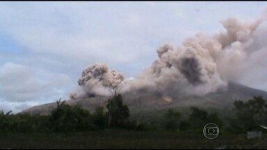 Vulcão Monte Sinabung entra em erupção na Indonésia - As erupções do vulcão recomeçaram há cinco anos. Antes disso, o Sinabung ficou em repouso durante 4 séculos.