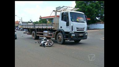Dois acidentes por avanço de preferencial são registrados - Motos e um caminhão estão envolvidos.