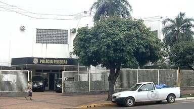 Polícia Federal prende quatro durante operação contra pedofilia no noroeste paulista - Durante operação policial, a Polícia Federal de Araçatuba (SP) prendeu quatro homens, mas o número de envolvidos no esquema é maior. Foram cumpridos mandados de prisão, busca e apreensão em Guararapes (SP), Birigui (SP) e Clementina (SP) onde dois homens foram presos em flagrante mantendo relações sexuais com menores