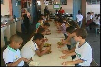 Pais reclamam de lanche servido em escola municipal de Araxá - Escola Municipal Lélia Guimarães tem servido apenas pão e leite.Nutricionista da Prefeitura providenciou readequação.