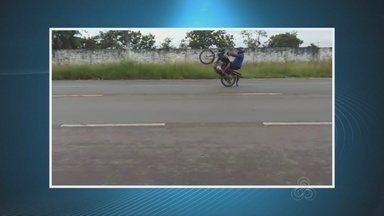 Motociclista adolescente é flagrado fazendo manobra perigosa em rua de Macapá - Domingo (14), uma equipe do batalhão de trânsito flagrou um motociclista fazendo manobras perigosas próximo ao aeroporto de Macapá. As imagens gravadas pelo BPTran mostram o condutor menor de idade empinando a moto. Ele se exibe por vários metros até ser alcançado por uma viatura da polícia. Ele foi apreendido por direção perigosa e por dirigir veículo sem habilitação.