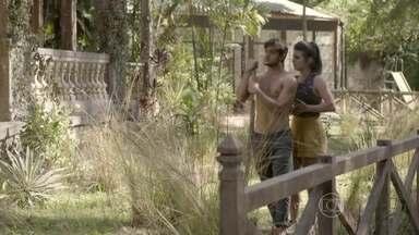 Cobra e Jade são observados na casa abandonada - Mesmo com medo, o casal decide se abrigar no local