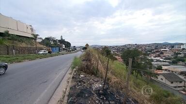 Rodovia que dá acesso à Região Nordeste de Belo Horizonte tem muitos problemas - Mato, falta de sinalização e insegurança são alguns dos problemas enfrentados por motoristas e moradores que utilizam a MG-5.