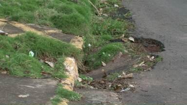Moradora de Umuarama na bronca por causa de bueiro quebrado - A moradora do conjunto Guarani disse que já se machucou por causa da tampa do bueiro quebrada. A prefeitura disse que vai consertar a tampa.