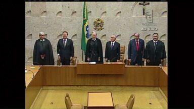 Em Brasília, Luiz Edson Fachin toma posse como Ministro do Supremo Tribunal Federal - Luiz Edson Fachin, é professor da Universidade Federal do Paraná e vai ocupar a vaga deixada pelo ministro Joaquim Barbosa.
