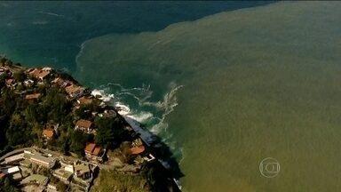 Mancha imensa aparece no Canal da Joatinga, na Barra da Tijuca - O Instituto Estadual do Ambiente disse que o tom amarronzado da água não foi provocado pelo vazamento de esgoto e, sim, pelo encontro das águas da lagoa e do mar.