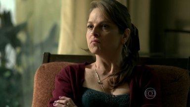 Carolina desconfia que alguma coisa está incomodando sua filha - A mãe tenta tirar alguma informção de Darlene, mas ela disfarça