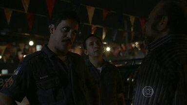 Bigode e Noronha visitam loja de carros - Os dois conversam com primo de Marreta
