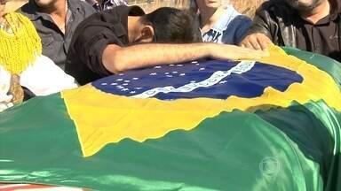 Milhares de fãs acompanham o cortejo e o enterro de Cristiano Araújo - Cantor e a namorada morreram após um grave acidente em Goiás. Na quinta (25), fãs acompanharam o cortejo com aplauso e emoção.