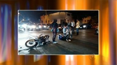 Acidente entre carro e moto deixa motociclista ferido em Marília - Um acidente entre uma moto e um carro no cruzamento da avenida Pedro de Toledo com a rua Mato Grosso, no Centro de Marília, deixou um ferido. O motociclista ficou caído no asfalto até a chegada do socorro. O trânsito ficou lento no local.