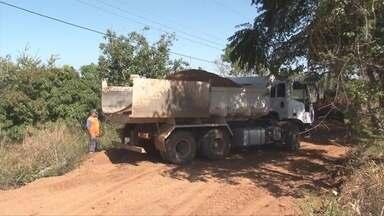 Estradas de Vilhena recebem reparos - Moradores do setor de chácaras do município pedem reparo na estrada há tempos. A estrada é utilizada para escoar a produção agrícola da região.