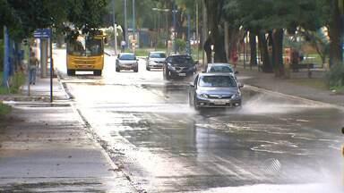 Pista é bloqueada na Avenida Centenário para retirada de semáforo - Remoção acontece para que a Embasa contenha um vazamento de água no local.