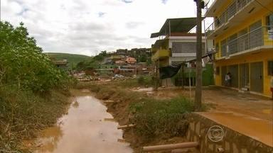 Cenário é de muita lama e sujeira após dia de alagamentos em Ipojuca - Na quinta, ruas ficaram alagadas e moradores usam barco para se locomover.