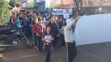 Moradores de Barbosa Ferraz fazem protesto contra onda de assaltos - Comércio fechou as portas pela manhã