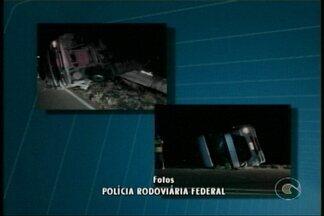 Motorista de caminhão sofre acidente em Orocó - Segundo a PRF, ele cochilou e saiu da pista.