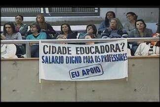 Professores da rede municipal protestam por salário em Uberlândia - Categoria reivindica o pagamento do piso nacional. Concentração foi no plenário da Câmara e reuniu centenas de profissionais.