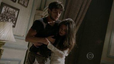 Jade consegue defender Cobra de Haroldo - Depois de ter o veneno injetado na perna, Cobra começa a ficar fraco. O lutador pede que Jade abra a porta e peça ajuda