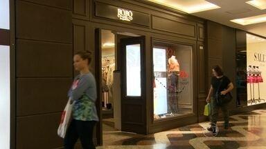 Lojas do Shopping da Gávea voltam a funcionar mas prefeitura avisa que vai cassar alvará - As lojas do Shopping da Gávea voltaram a funcionar, mas prefeitura vai cassar o alvará dos 24 estabelecimentos.