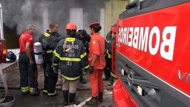 Loja de móveis pega fogo no bairro de Pau Miúdo - Incêndio provocou engarrafamento na região.