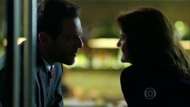 Alex faz promessa a Fanny para conseguir Angel de volta - Ele garante que, se ela ajudá-lo, assinará o contrato de exclusividade com sua agência