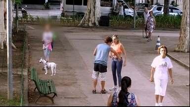 Mulher é assediada na rua em cena do 'Vai Fazer o Quê?' - Uma moça caminha em uma praça com roupa de ginástica e recebe uma cantada grosseira. Será que alguém vai intervir e conter o rapaz?