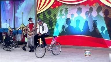 Idosos mostram habilidades físicas sobre bicicleta aos 68 anos - Moisés 'tira onda' em sua passagem da vida adulta para a velhice