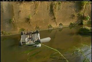 Jovem morre e outro fica ferido após carro cair em rio de Petrópolis, no RJ - Acidente aconteceu na manhã desta segunda-feira (29).