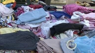 Jovens fazem ação para arrecadar e doar roupas em São José - Loja de roupas foi montada em praça da cidade.