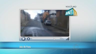 VC no MGTV: Morador flagra vazamento de água em Juiz de Fora - Problema é no Bairro de Lourdes. Cesama informou que um técnico foi ao local e verificou situação.