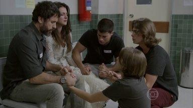 Todos rezam pela saúde de Cobra - Duca tenta tranquilizar Jade e a dançarina pede para rezar pelo namorado. Dandara tenta acalmar Bianca