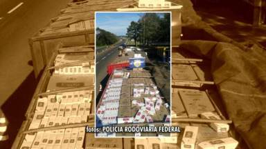 Um caminhoneiro foge da polícia pela janela do caminhão. - O motorista transportava cigarros contrabandeados e pulou da janela do caminhão pra fugir da polícia. De acordo com a polícia, ele levava 450 mil maços de cigarro do Paraguai num btirem.
