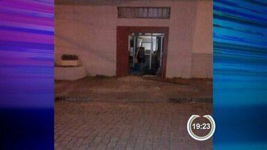 Criminosos explodem caixa eletrônico com dinamite em Queluz, SP - Cerca de dez homens em quatro carros participaram da ação.