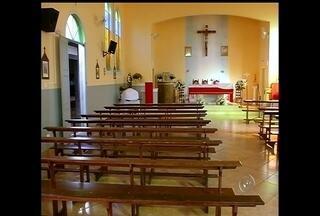 Cinco igrejas são furtadas em três meses e ninguém é preso em Piraju - Duas igrejas foram invadidas entre sábado (27) e domingo (28) em Piraju (SP). Segundo a polícia militar, vários objetos foram revirados. Em três meses, a polícia soma cinco casos deste tipo na cidade. Em nenhum deles alguém foi preso, a polícia desconfia de que a autoria seja do mesmo grupo ou pessoa.