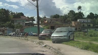 Carros abandonados fazem parte da 'paisagem' de Manaus - Áreas da capital chegam a ter 'feiras' de veículos antigos
