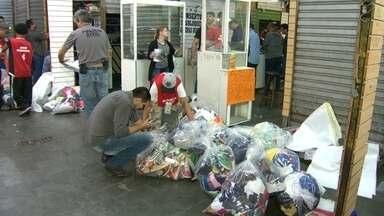 Mais de mil boxes do Camelódromo da Uruguaiana são fechados durante operação - Parte do camelódromo foi interditada pela Polícia Civil. Os agentes tem mandados de busca para recolher produtos piratas nas lojas. A previsão é que a operação dure três dias. A polícia investiga a participação de milicianos no comércio.