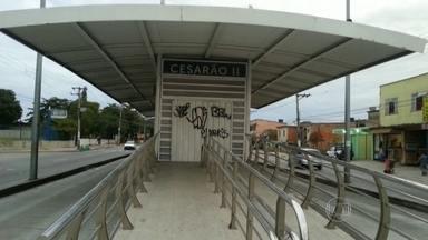 Vandalismo e violência deixam fechadas algumas estações do BRT Transoeste - A Estação Vila Paciência está fechada por causa de vandalismo. Já a Cesarão II foi incendiada. As estações Cesarão I e III funcionam mas tem portas quebradas e rachaduras. Passageiros reclamam que são obrigados a andar até uma estação que funcione.