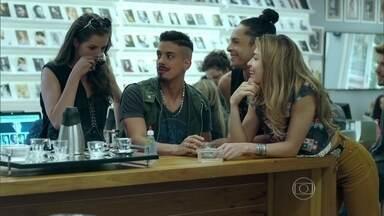Larissa faz revelação sobre Alex - A loira fica com inveja de Giovanna quando ela passa a ser protegida da agência. Anthony avisa a Giovanna que alugou um flat e marca encontro com a amante