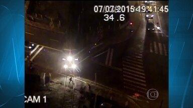 Câmeras flagram trem atropelando homem em Juiz de Fora; veja o vídeo - Ele teve vários ferimentos e foi socorrido. A concessionária informou que todo o procedimento padrão foi feito para evitar o acidente.