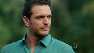 Alex disfarça a tensão ao ver Angel - A jovem beija Guilherme para provocar o empresário