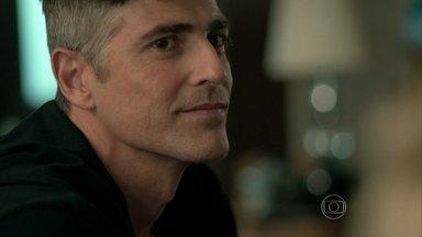 Anthony revela a Fábia que encontrou uma nova forma de ganhar dinheiro - A mãe do modelo conta que se encontrou com Oswaldo e reclama da falta de dinheiro