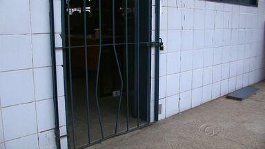 Escola municipal é invadida e ladrões levam até a merenda das crianças - Os funcionários foram surpreendidos ao chegar na escola. Eles encontraram o local revirado e sujo. Ladrões levaram equipamentos de informática e também os alimentos que serviriam de merenda para os alunos.