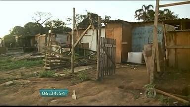 Reintegração de posse é cumprida em terreno na Zona Sul de SP - A reintegração de posse está sendo cumprida no Grajaú, na Zona Sul de São Paulo. A ocupação, que iria completar um ano, tinha cerca de 250 famílias. O terreno particular possui cerca de 100 mil m2.